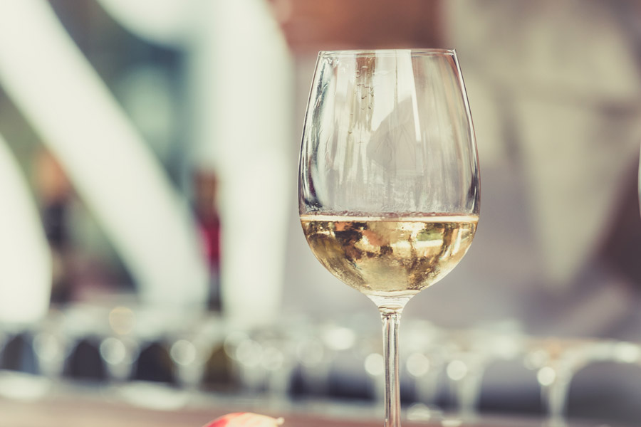 フリー写真 ワイングラスの中の白ワイン