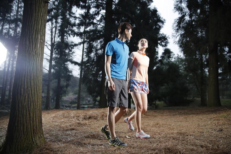 フリー写真 森を歩くカップル