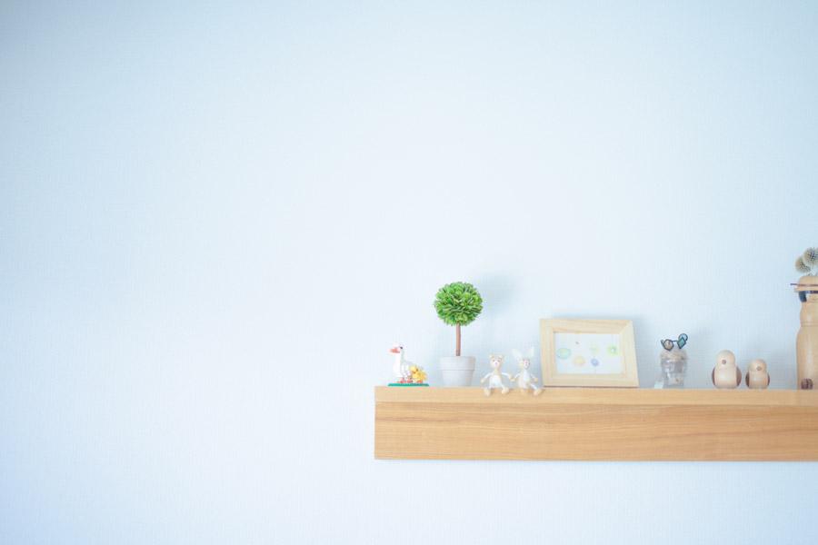 フリー写真 壁の棚に飾られた人形