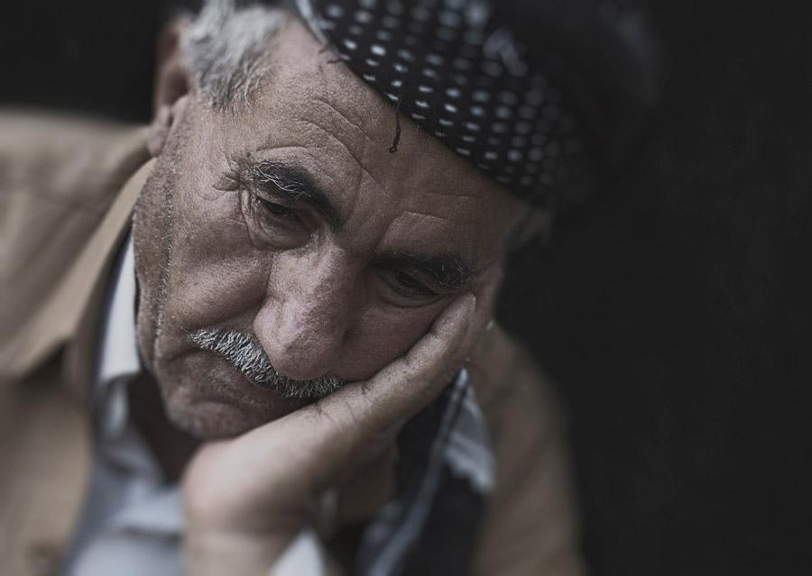 フリー写真 悲しげな表情の外国のおじいさん