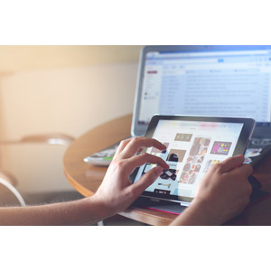フリー写真, 人体, 手, パソコン(PC), タブレットPC, ノートパソコン, ネットサーフィン, インターネット, ネットショッピング, 買い物(ショッピング), iPad, タッチ操作, アップル(Apple)