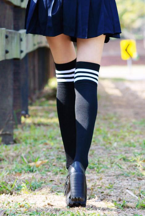 フリー写真 ハイソックスを履いた女子高生の脚