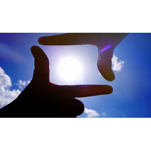フリー写真, 人体, 手, 手でフレームを作る, 空, 青空, 太陽, 太陽光(日光)