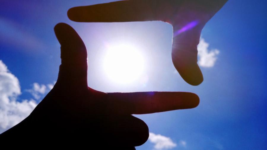 フリー写真 青空の太陽を切り取る手のフレーム