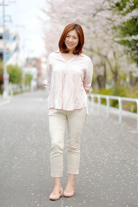 フリー写真 桜と日本人女性の全身ショット