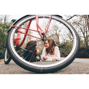 フリー写真, 人物, 女性, 外国人女性, 二人, 腹這い, 人と乗り物, 自転車
