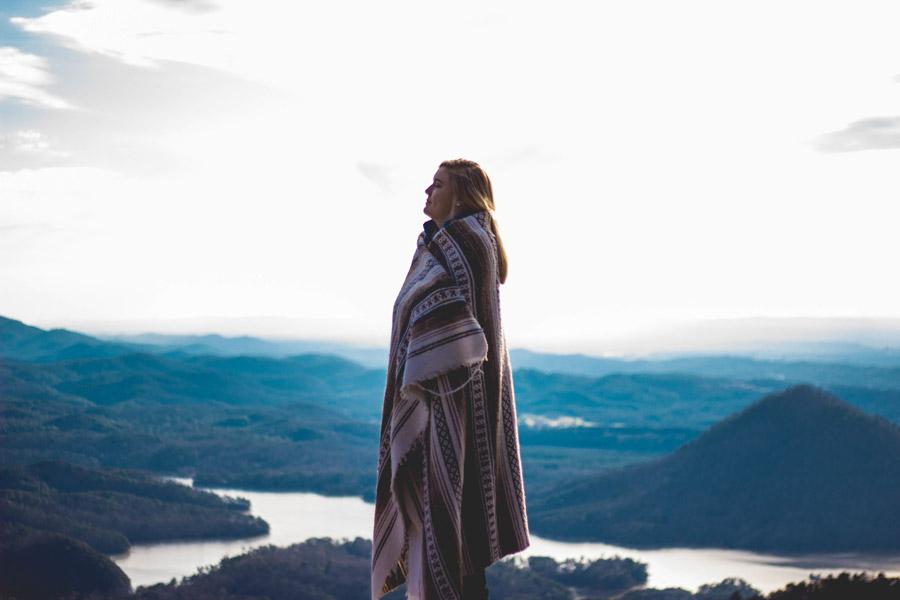 フリー写真 山頂で毛布にくるまれる外国人女性