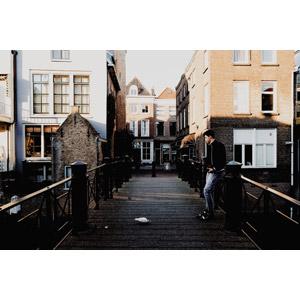 フリー写真, 人物, 男性, 外国人男性, 人と風景, 橋, 建造物, 建築物, 街並み(町並み), 待つ, オランダの風景