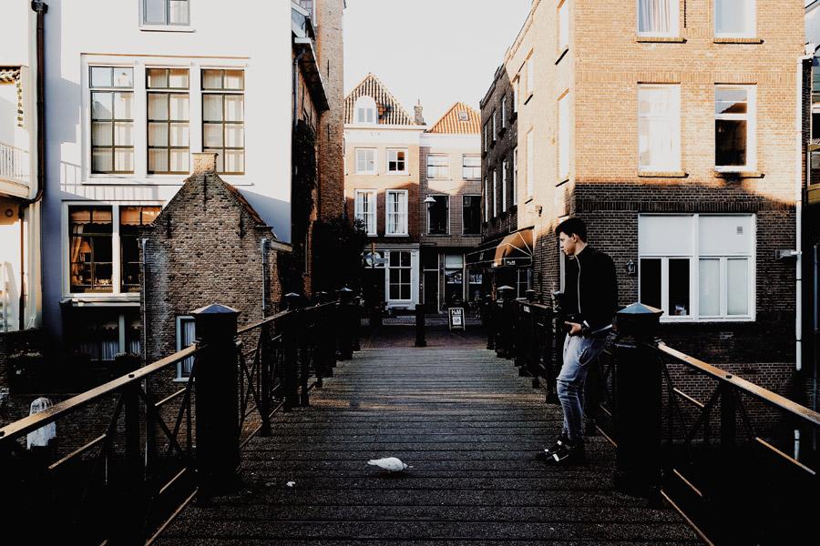 フリー写真 運河に架かる橋と外国人男性