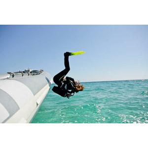 フリー写真, 人物, 女性, スキューバダイビング, レジャー, スキューバタンク, 足ひれ(フィン), ウェットスーツ, 海, 飛び込む(ダイブ), リゾート, バケーション
