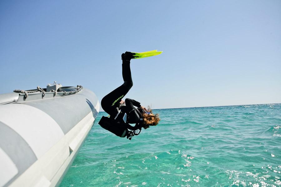 フリー写真 スキューバダイビングで海に飛び込む女性