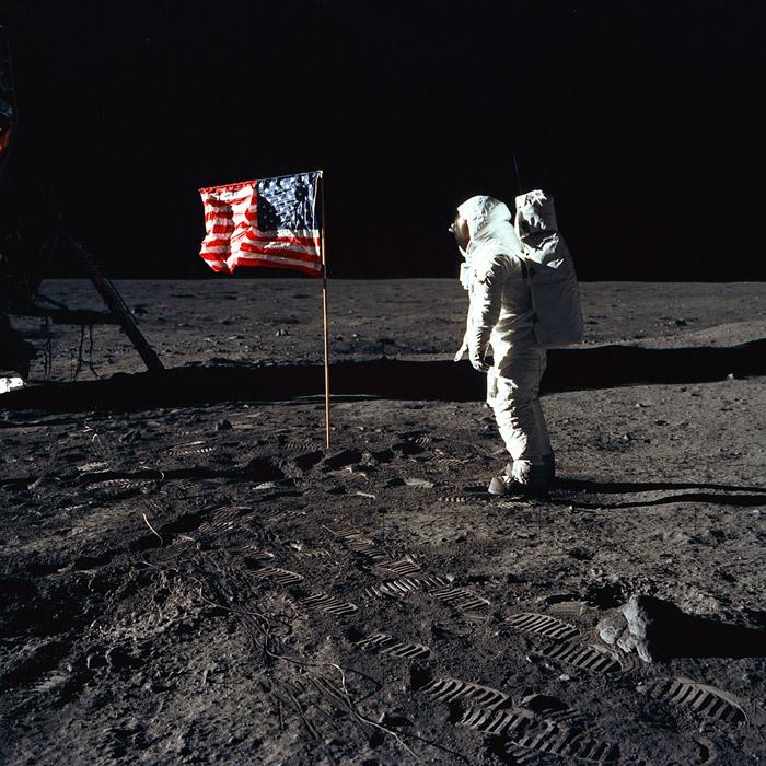 フリー写真 月面の星条旗と宇宙飛行士と足跡