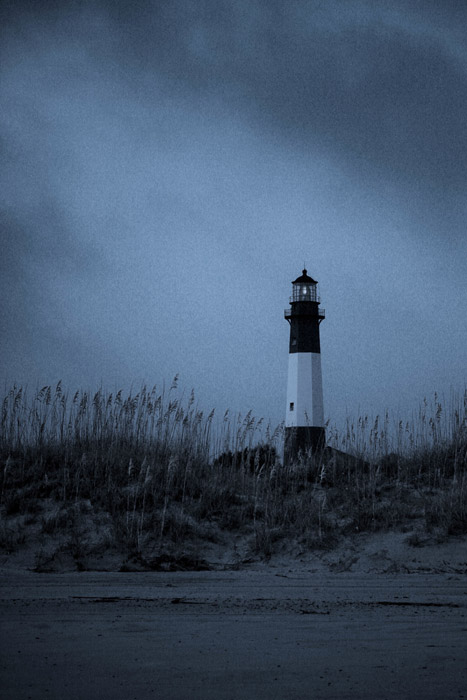 フリー写真 暗雲と灯台の風景