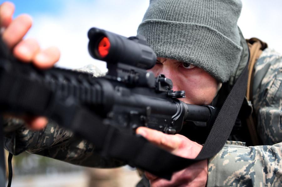フリー写真 M4カービンで標的を狙うアメリカ軍兵士