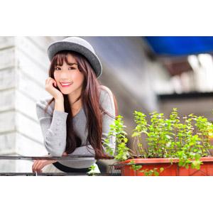 フリー写真, 人物, 女性, アジア人女性, 楚珊(00053), 中国人, 帽子, ボーラー帽, 頬杖をつく, 顎に手を当てる