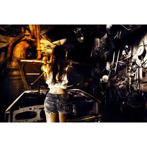 フリー写真, 人物, 女性, アジア人女性, 女性(00185), ベトナム人, 車庫(ガレージ), 人と風景, 整備士, タンクトップ, ショートパンツ, 自動車, 人と乗り物