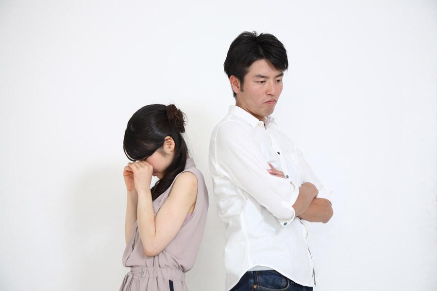 フリー写真 泣いている妻と腕を組む夫
