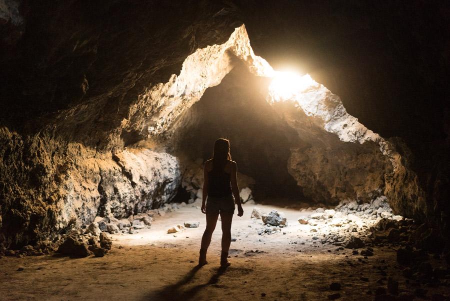 フリー写真 洞窟の中の女性と光