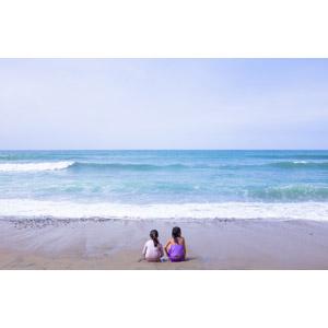 フリー写真, 人物, 子供, 女の子, 姉妹, 後ろ姿, 座る(地面), 人と風景, ビーチ(砂浜), 海