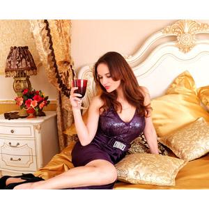 フリー写真, 人物, 女性, 外国人女性, 女性(00115), ロシア人, ドレス, ワイン, ベッド, 横座り, お酒