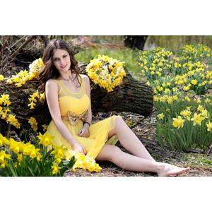 フリー写真, 人物, 女性, 外国人女性, ロシア人, 女性(00186), ドレス, 座る(地面), 倒木, 人と花, 植物, 花, 水仙(スイセン), 黄色の花, 花畑