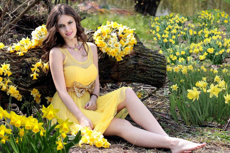 フリー写真 スイセンの花畑とドレス姿の外国人女性