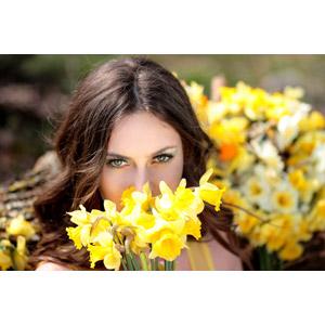 フリー写真, 人物, 女性, 外国人女性, ロシア人, 女性(00186), 人と花, 植物, 花, 水仙(スイセン), 黄色の花, 口元を隠す
