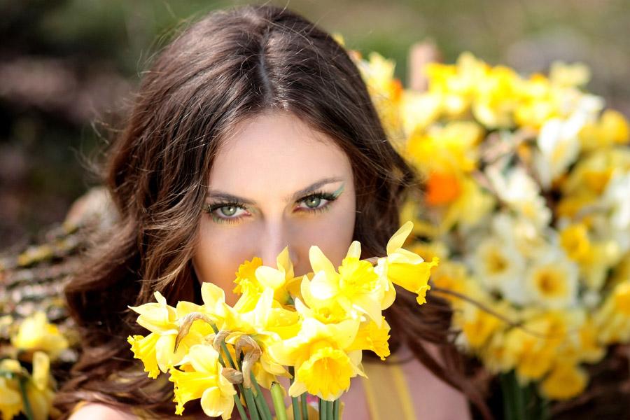フリー写真 水仙の花と外国人女性のバストアップショット