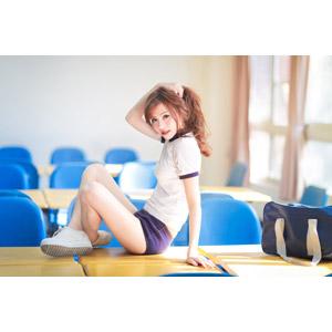 フリー写真, 人物, 女性, アジア人女性, 中国人, 小潔(00183), 少女, アジアの少女, 学生(生徒), 体操服(体操着), 座る(机), 学校, 教室, 髪の毛を触る, ブルマ, 高校生