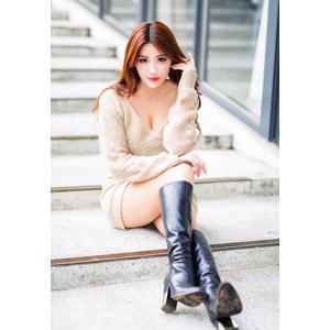 フリー写真, 人物, 女性, アジア人女性, 鄔育錡(00178), 中国人, 座る(階段), ブーツ, 髪の毛を触る