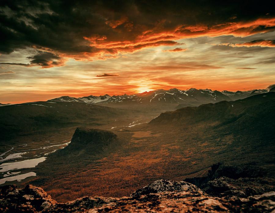 フリー写真 日暮れの山の風景