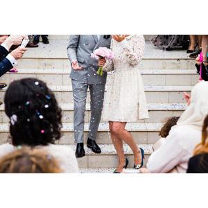 フリー写真, 結婚式(ブライダル), 人物, カップル, 花婿(新郎), 花嫁(新婦), ブーケ, 紙吹雪, 階段