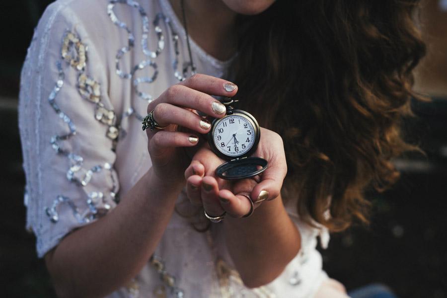 フリー写真 懐中時計を持つ女性