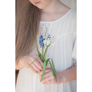 フリー写真, 人物, 子供, 女の子, 外国の女の子, 人と花, 植物, 花, ムスカリ