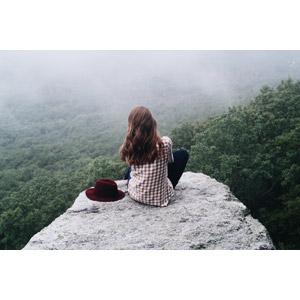 フリー写真, 人物, 女性, 外国人女性, 後ろ姿, 人と風景, 帽子, 眺める, 岩, 崖, 霧(霞)