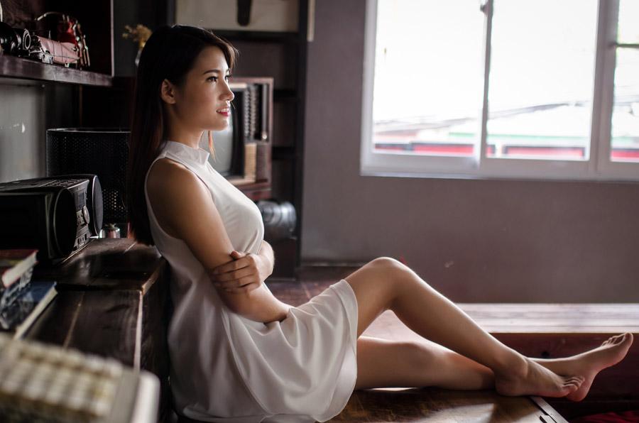 フリー写真 ワンピース姿で床に座る女性