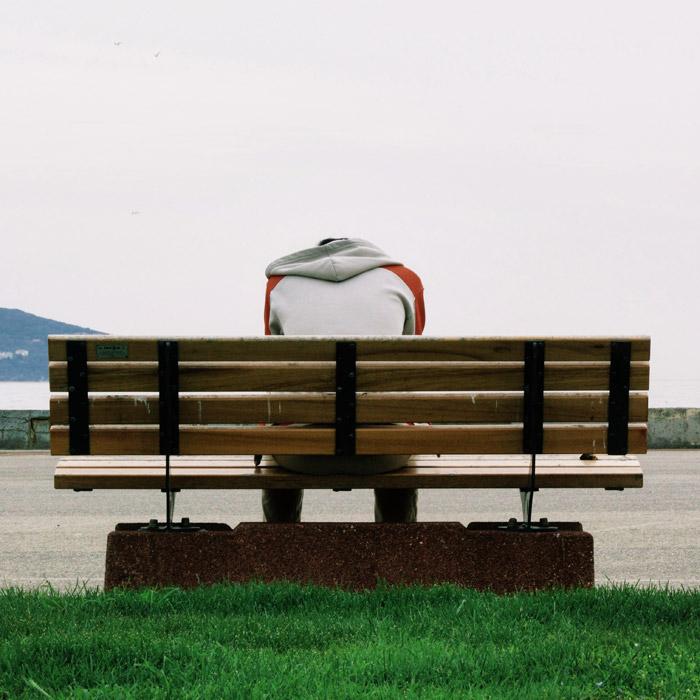 フリー写真 ベンチに座る男性の後ろ姿
