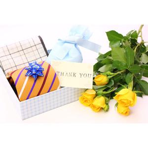 フリー写真, 年中行事, 父の日, 6月, 年中行事, プレゼント, ネクタイ, ハンカチ, ありがとう, 花, 薔薇(バラ), 黄色の花