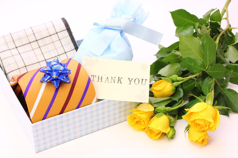 フリー写真 黄色のバラと父の日のプレゼント