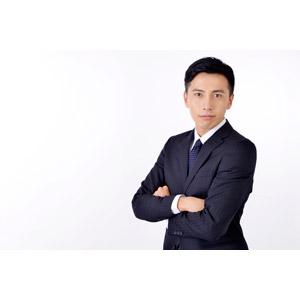 フリー写真, 人物, 男性, アジア人男性, 日本人, 男性(00016), 職業, 仕事, ビジネス, ビジネスマン, サラリーマン, メンズスーツ, 腕を組む, 白背景