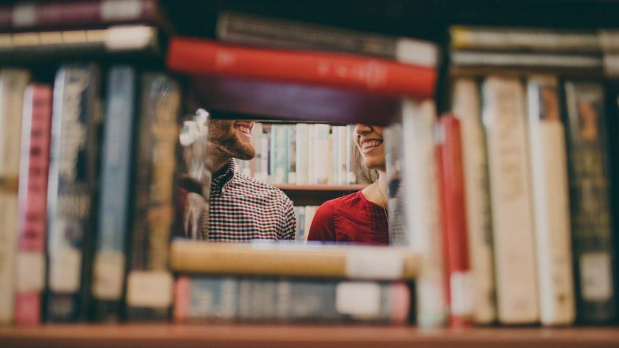 フリー写真 本の隙間から見える仲の良いカップル