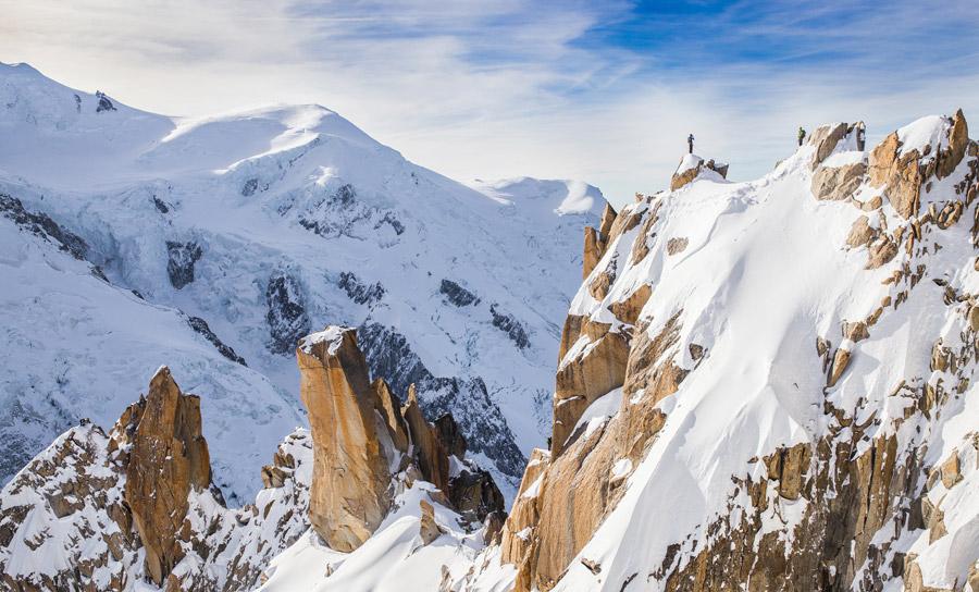 フリー写真 登山者と雪に覆われるアルプス山脈のモンブラン
