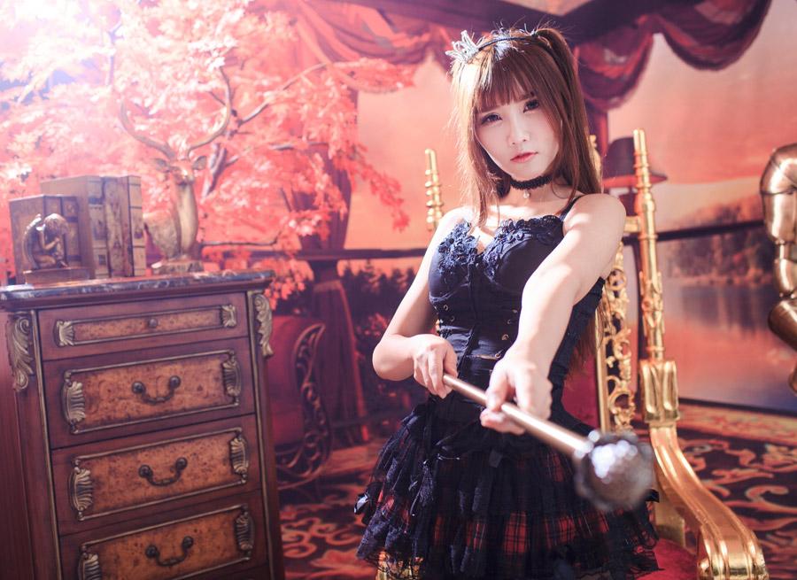 フリー写真 ゴスロリ姿で杖を突き出す女性
