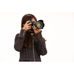 フリー写真, 人物, 女性, カメラ, 一眼レフカメラ, 写真撮影, 仕事, 職業, カメラマン, 白背景