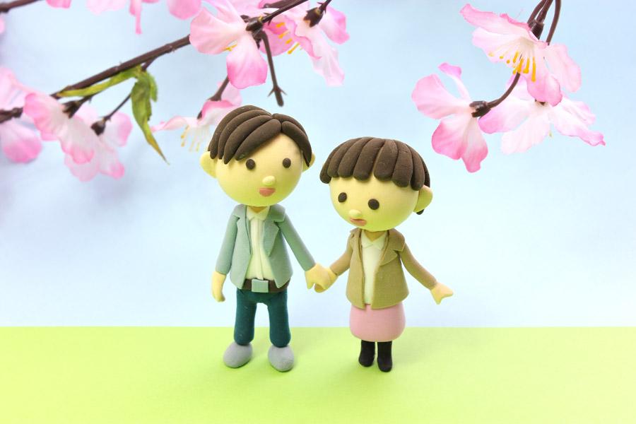 フリー写真 桜の下でデートするカップルの人形