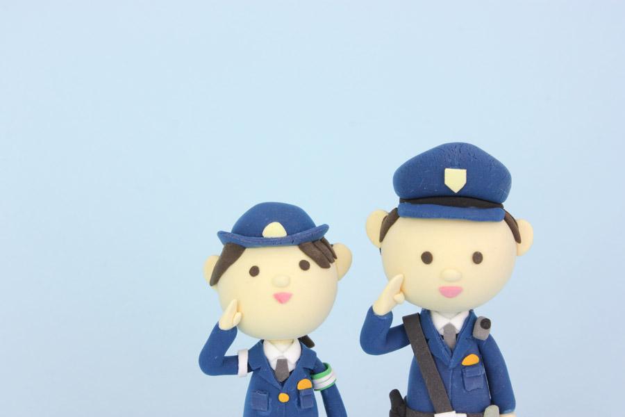 フリー写真 敬礼する警察官の人形