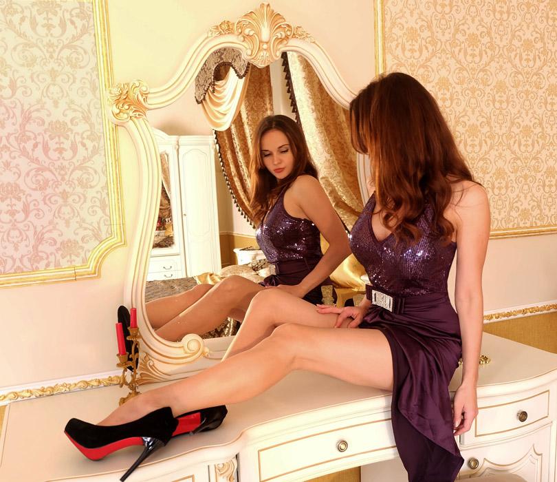 フリー写真 ドレス姿で鏡台の上に座る外国人女性