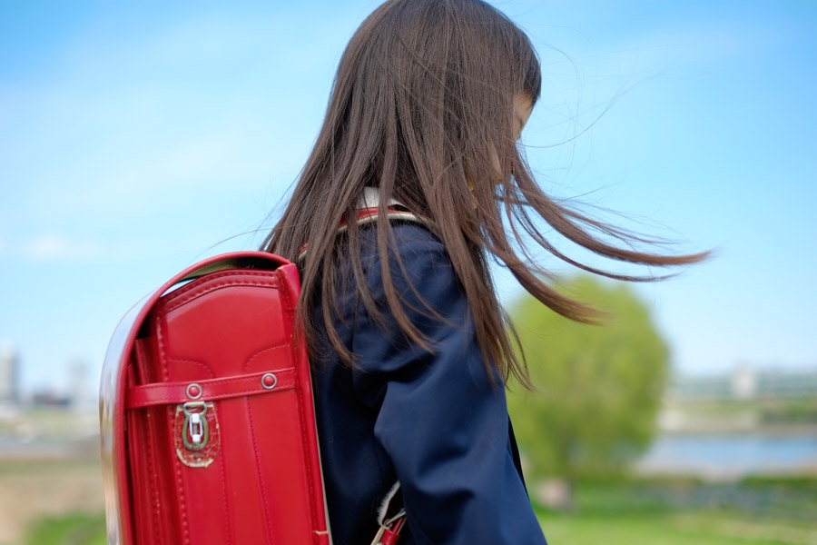 フリー写真 髪の毛がなびく小学生の女の子