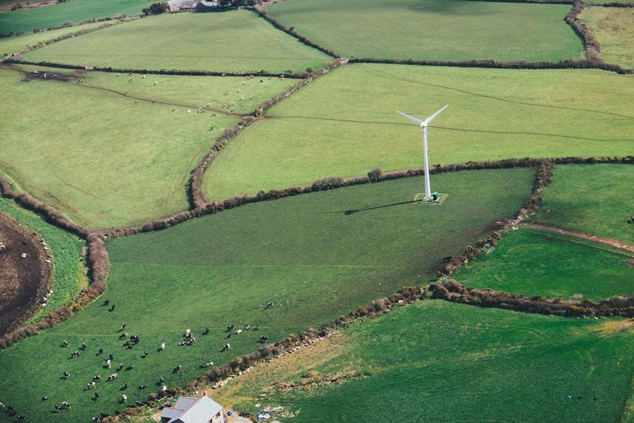 フリー写真 イングランドの牧場と風力発電機