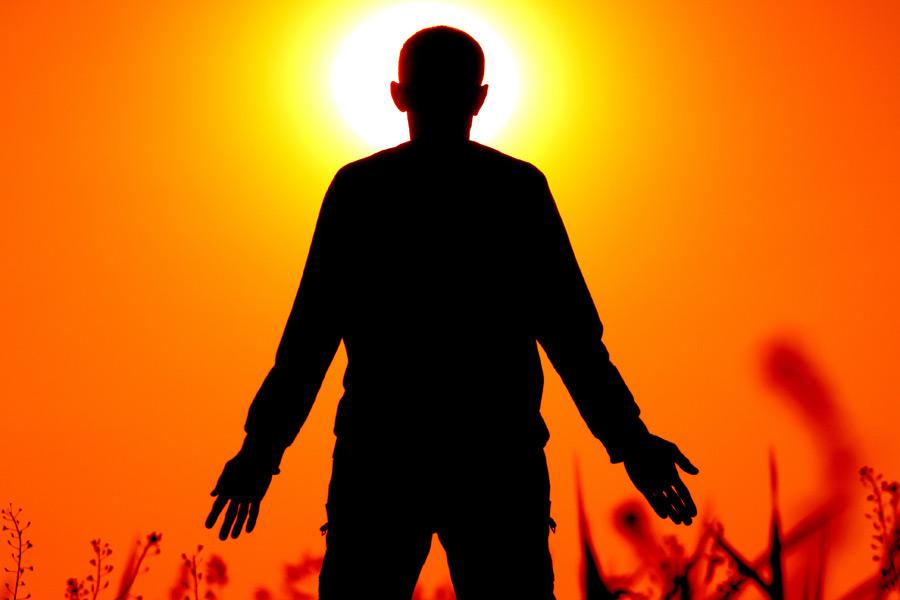 フリー写真 夕日と男性のシルエット